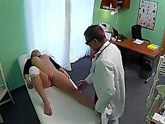 Sahte bir hastanesinde doktorun becerdin Wounded dizine sarışın