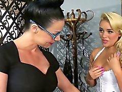 Tag lesbo bebé a Alexis de Monroe dominado por los Madres para Coger