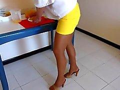 Hausfrau auf Strumpfhose und Fersen Mules