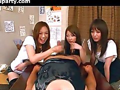 Três meninas japonesas contra um Guy