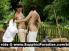 Прекрасная брюнетка лесби поцелуи и лизать соски и имеющие лесбийская любовь