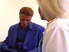 Azgın sarışın milf hemşire hastanede sert dövülerek