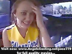 Stunning rouquin de majorette l'étudiante faisant Felations sur la voiture