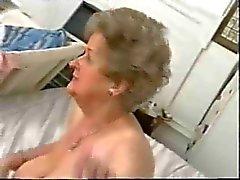 Pullea vanha mummo kiusaa satiini alusvaatteita