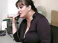 mollige secretaresse neukt in haar kantoor