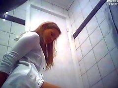 Brunetta amatoriale teenager WC ass nascosti della camma del voyeur
