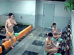 Teenie sexy asiatische Mädchen Dusch in der Gruppe im Fitnessstudio