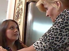 Rubias Maduras a su hijastra seducen la doncella