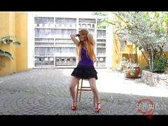 Brasilianischen Model Tanz- und Strippen um den Stuhl herum