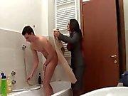 äiti syöttää kylpyhuoneessa - italian