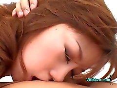 Asiatisk tjej med små bröst får hennes håriga fitta slickas sugande Guy kuk på sängen