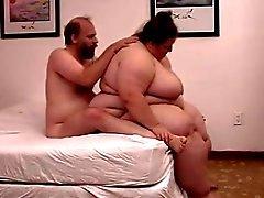 Una pareja muy caliente disfrutando del sexo en la cama