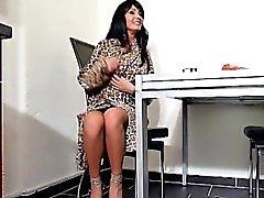 Deutsch Mutter Hilfen Stiefsohn Erste Sperma mit der Handarbeit In den bringen