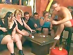 Garotas grandes cadelas com tesão preparar para um partido do orgia de