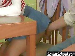 Rus kız öğrenci okuyan yorgun azgın arkadaşı tarafından cezbedilmekte