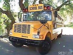 Sweet jeune étudiante blonde suce et le chauffeur du bus de l'école