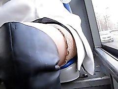 De poussin de dans les bas et bottes de cuir noir au bus