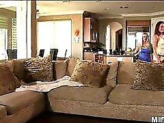 Nichts kommt nah an einem heißen Girl-on Hobbyhure Szene, die Vier rauchenden heißen total Mütter Porn Stars handelt . Stechpalme Halstons , Shannon Kelly, Michelle Lay and Bridgett Lee zusammen, um Party. Sie diese heißen Damen im Wohnzimmer zu finden und spielen mit Strap-on.