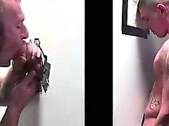 Dold glad Dude suger rak kran på gloryhole
