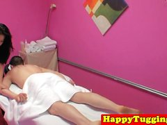 masseuse asiatique Busty branler client sur spycam