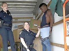 Cops Suck off schwarzen Verdächtigen im Umzugswagen