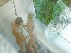 En utomhus dusch med blonda hottie