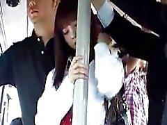 Japanse schattig schoolmeisje krijgt fuking in bus