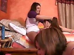 Coeds des collèges Lesbian suceurs strapons