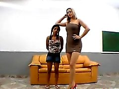Petite Brasilianer Wie durch ein Big Feet Misshandelte