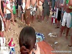 Hård fest på stranden och brudar