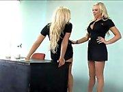 Deux bimbos blonds lèchent leurs fragments humides