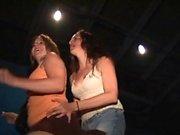 Alle ragazze fantastiche piace ballare alla festa