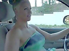 Blonde Cabelo Curto Dia de Milf dildoing no seu carro BVR