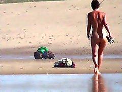 Jeune fille avec marche agréable plage de le cul européen de 4