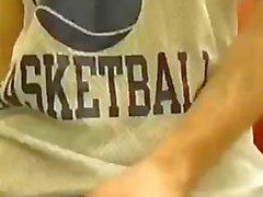 Парень Дрочит в ванная комната после учебном баскетбольного практике