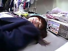 A estudante asiática bonito obtem humped e tenta brinquedos em um