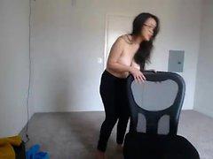Malusha med små bröst är i värme i solo scen