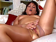 Milf in glanzende panty