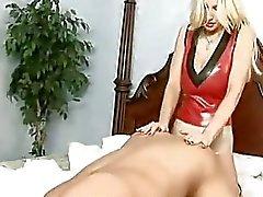 Kinky milf Brittany Andrews onu büyük Starp üzerinde onu mans kıçını sikikleri