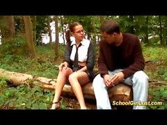 Busty Schoolgirl é parafusado na floresta