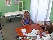 Sahte bir doktorun çuvalladı Seksi sarışın kız