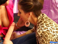 Strapon knullad glam lesbisk täckt i bukake