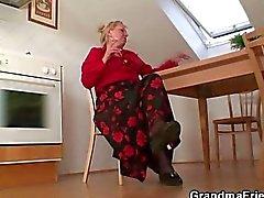 Ancienne veuve plait deux hommes qui de réparation