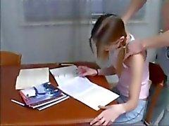 Брата помогает не тоненьких Sister в выполнении домашних заданий Дадди