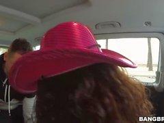 Sarah blir sträckt på bussen