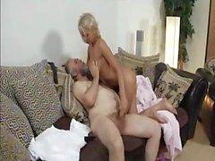 Mature blonde de Mandy de Dee rebondisse ses gros tits en elle se fait baiser par le vieux mec