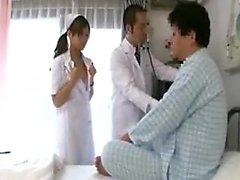 Doktor hastasını kontrol ederken hemşire