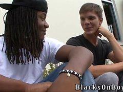 Niedliche Twink Jordans Pierce wird schwarz
