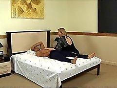 Aikuinen rasva imee kukko ja saa munaa hotellin sänky