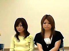 Schöne asiatische Damen schälen sich ihre Kleider und zeigen th